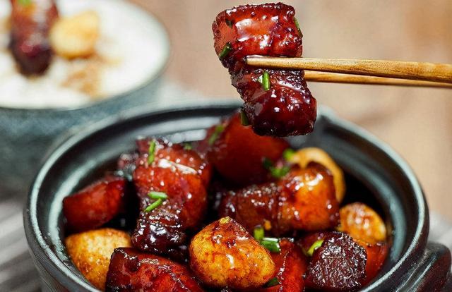 """红烧肉怎么做,做红烧肉,谨记""""3窍门"""",肉块红亮不发黑,吃着不柴不腻口"""