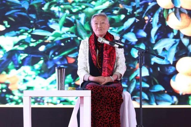 她七十岁又再次自主创业,身价过亿,80几岁仍然过着幸福的生活