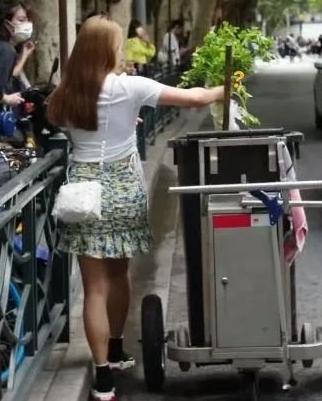 上海菜市场外,女子将新买的芹菜扔到垃圾桶,只留下了品牌纸袋 全球新闻风头榜 第4张