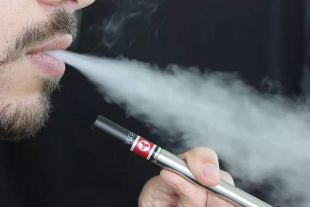 电子烟VS香烟,到底谁对人体的危害最大?