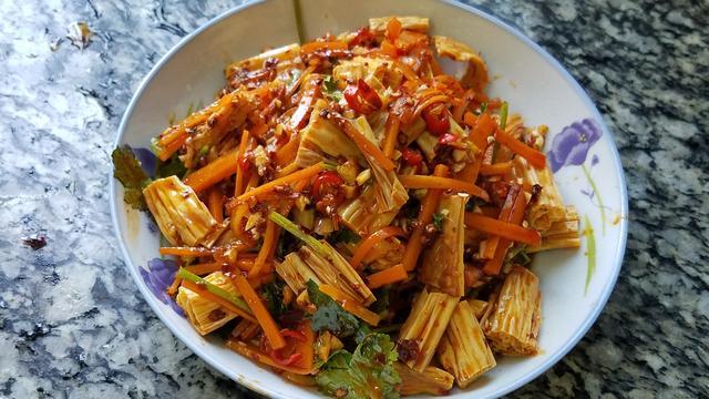 凉拌腐竹的做法,天气热要多吃凉拌菜,教你一道好吃又开胃的凉拌腐竹,简单美味