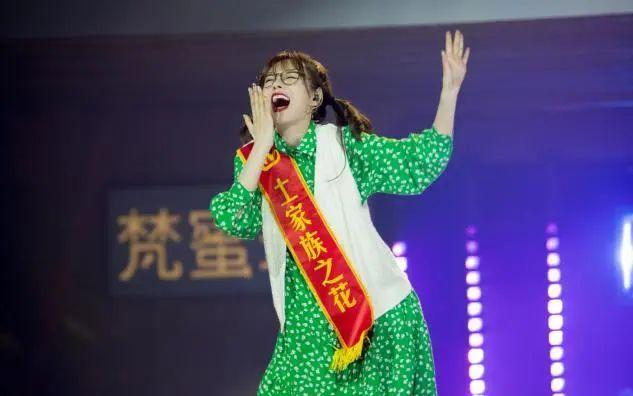 八字的刘海,沈梦辰八字刘海颜值开挂,拼命瘦身不足90斤,修身长裙穿得松垮
