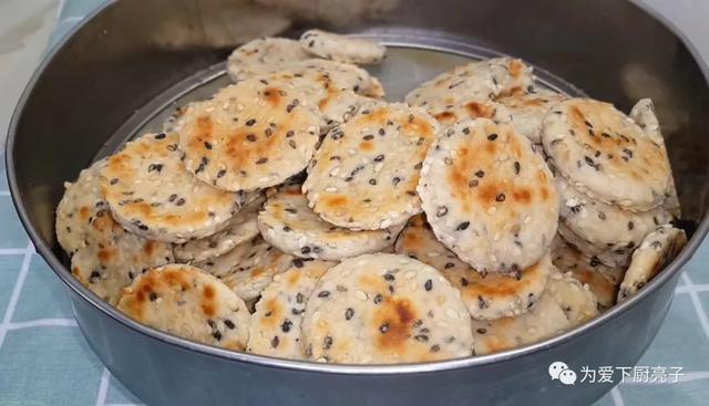 饼干这做法和面包一样香,锅里一烙,好吃又营养,出锅孩子抢着吃