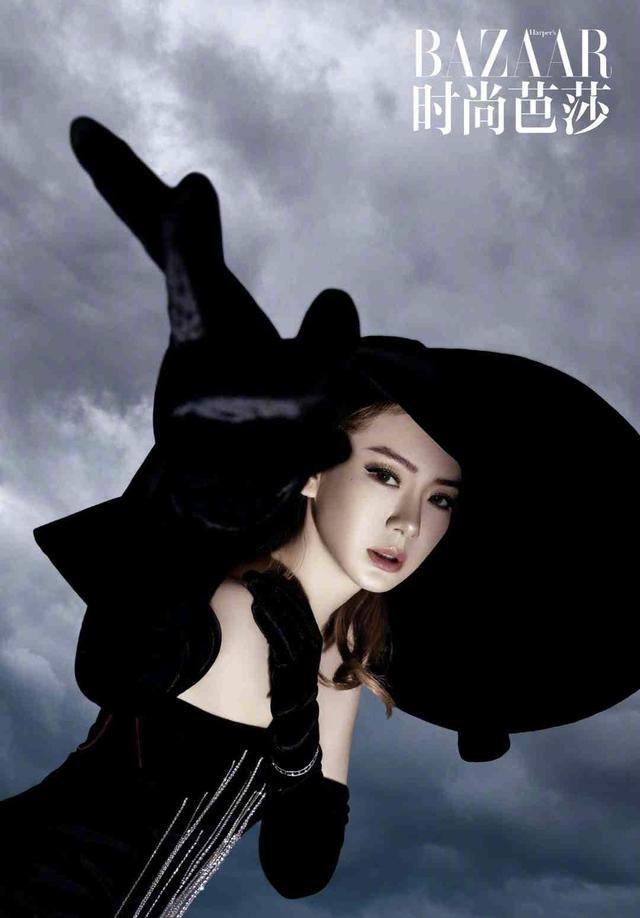 戚薇时尚大片曝光,黑色面纱开衩长裙性感美艳,每种风格都超惊艳