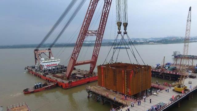 桥怎么做,海水那么深,港珠澳大桥的桥墩是如何建造的?美国修桥都得找中国
