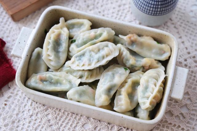 煎饺怎么做,春天就吃这个素馅儿饺子,鲜香味美,一顿一大盘吃不够,好吃不贵