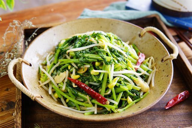 """茼蒿怎么做好吃,春季,菜市场我从不放过的""""皇帝菜"""",一买好几斤,早春吃正鲜嫩"""