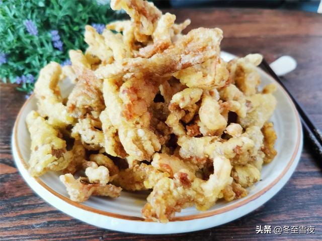 炸蘑菇的家常做法,老式干炸蘑菇的做法,不用调糊,只放4种料,金黄香酥比肉还好吃