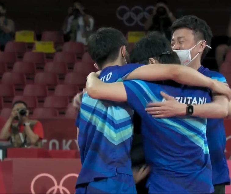 日本队获得乒乓球男团铜牌 张本智和全场大吼