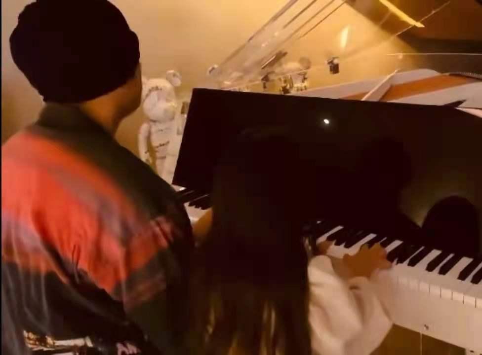 周杰伦和女儿弹钢琴 庆祝女儿生日快乐