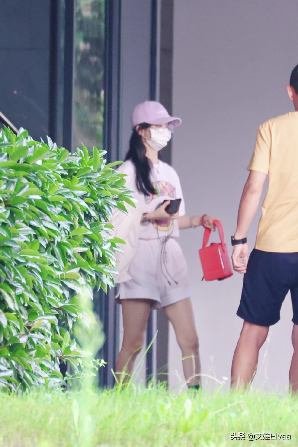 赵丽颖金丝眼镜造型 穿T恤拎水桶包走机场