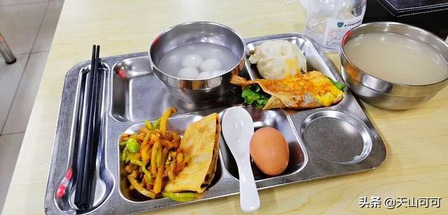 晒大食堂早餐,每天十几种,手抓饼馄饨各种小吃,不限量
