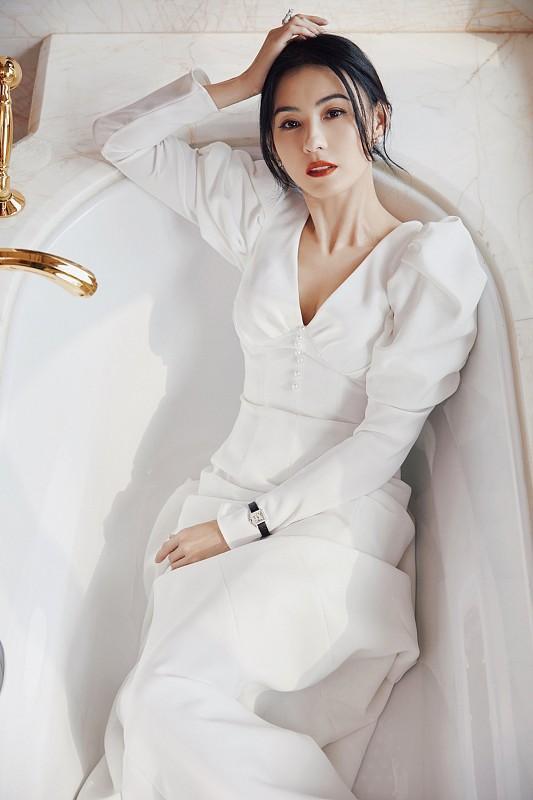 """张柏芝真是""""美了半辈子"""",身穿白裙在浴缸中拍大片,优雅知性"""