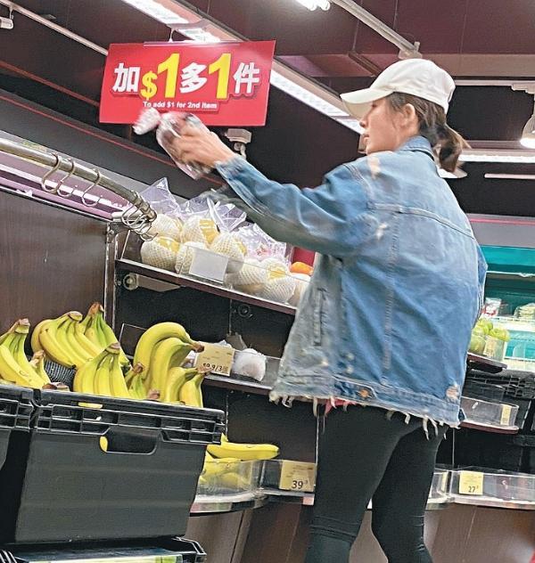 冲上云霄2维他命水:杨怡老公TVB新剧杀青后患高烧 仍然接送岳母买菜当贴心女婿
