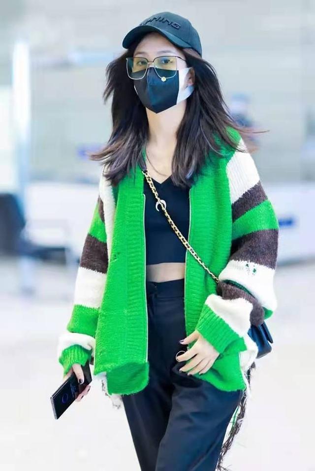 离婚后的佟丽娅还是那么青春靓丽,绿色毛衣搭吊带衫,时尚有个性