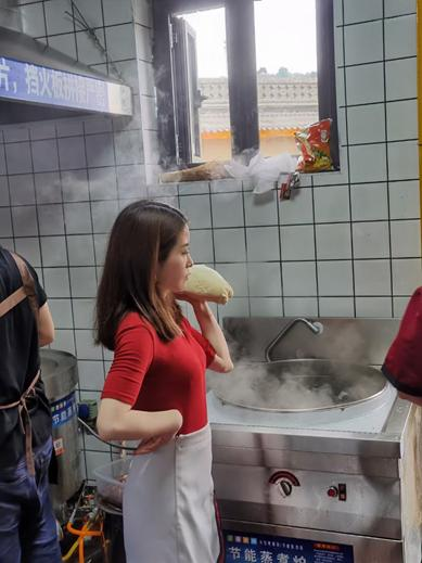 延安红街开街到底有众火爆?办公室小野等抖音达人线下打卡