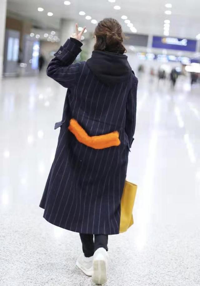 """佟丽娅短发好美,烫""""大妈卷""""也不显老气,穿深色大衣仍有少女感9593 作者:admin 帖子ID:23447"""