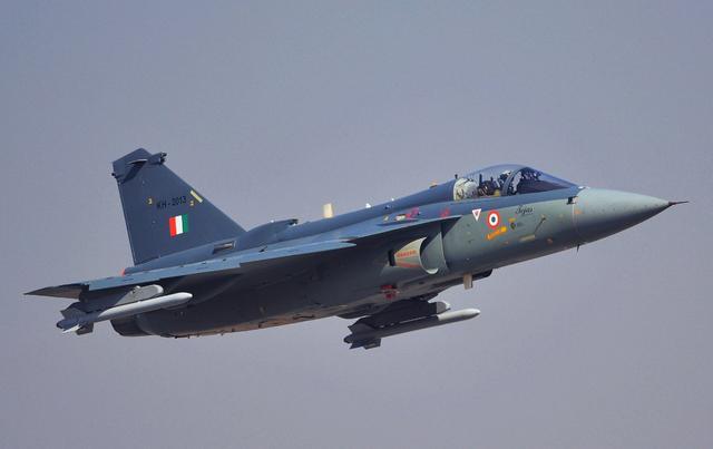 """""""光辉""""战机为什么会落后于歼-10?印媒承认歼-10C有着明显优势"""