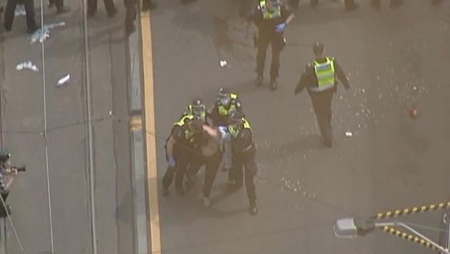 """澳大利亚墨尔本爆发反对""""封城""""游行 多数示威者未戴口罩"""