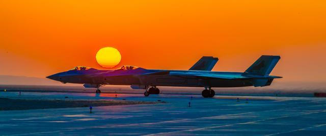 歼-16D、无侦-7将首次亮相中国航展——中国空军新闻发言人介绍空军参加第13届中国航展有关情况