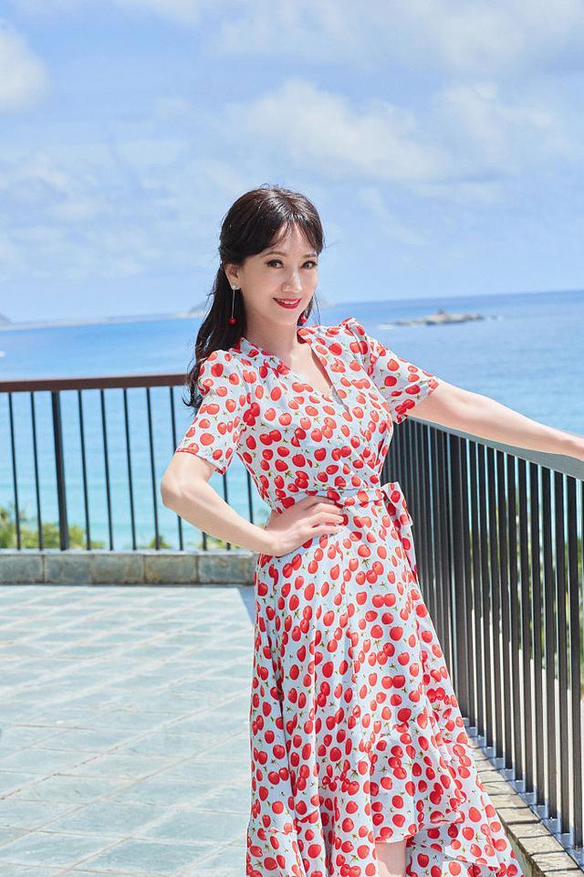 赵雅芝海边度假大片释出甜蜜可人 穿波点红裙笑容粲然似仙女4226 作者:admin 帖子ID:23438