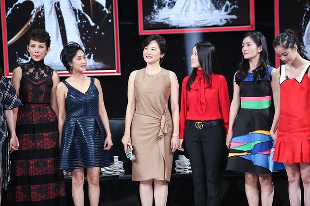 林青霞固然大了朱茵16岁,但穿上优雅的短裙,显得年轻很多4377 作者:admin 帖子ID:21634