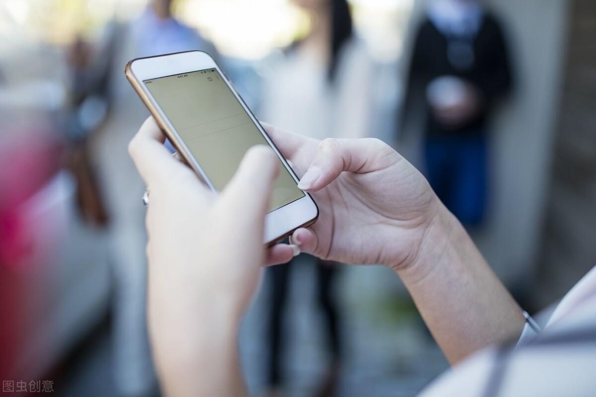 手机壳发黄别急着丢,试试这4种清洁方法,立马干净如新