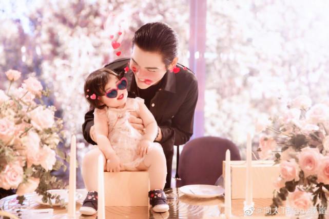 偶遇向佐一家看画展,郭碧婷素颜出镜被夸很美,小奶皇长得很可爱