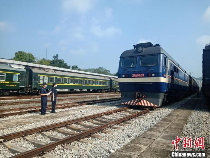 """全国首趟""""铁路快通""""中越班列完成发运 推动西部陆海新通道跨境物流发展"""