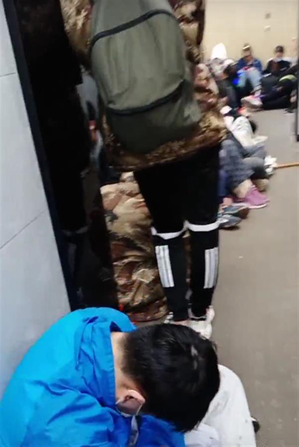 泰山顶上游客挤厕所过夜,景区:可能是降温导致,无法保证看到日出