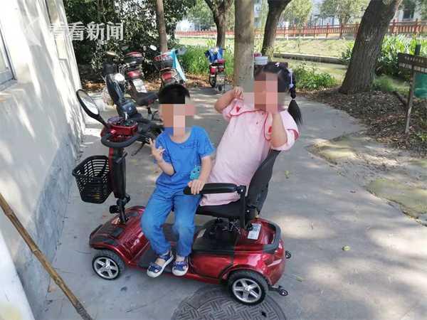 6岁娃偷开老年代步车带姐姐兜风 一个敢开一个敢坐