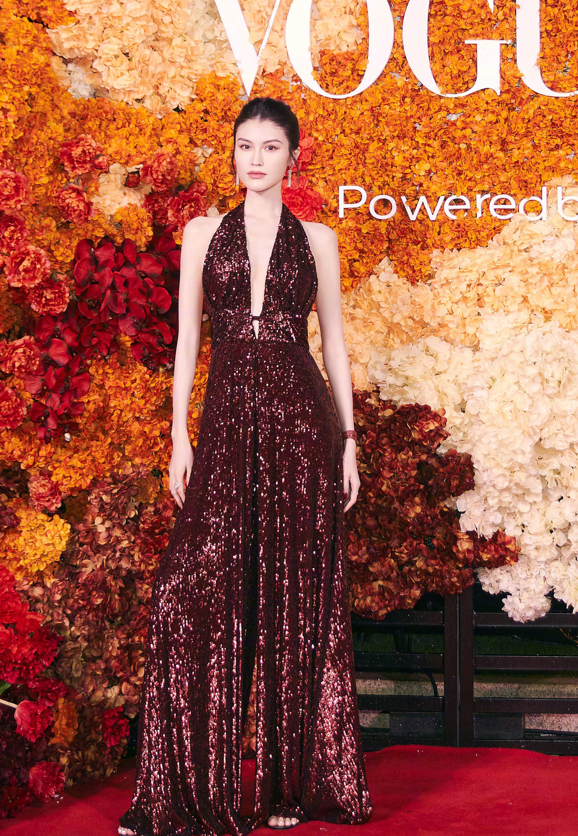 四大國模紅毯拼時髦,湯唯西裝配千萬珠寶,楊冪明艷卻沒燙裙子 形象穿搭 第4張